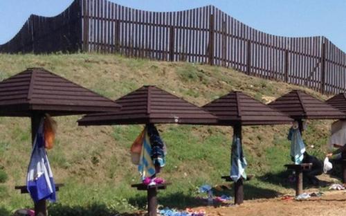 Зонтики перед вулканом Тиздар, где можно оставить вещи