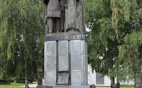 Памятник основателю Нижнего Новгорода князю Георгию Всеволодовичу и святителю Симону Суздальскому