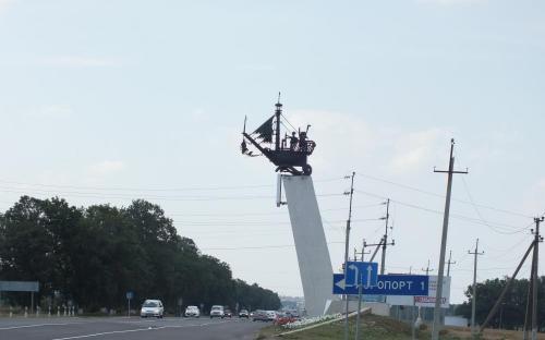 Стелла с корабликом на въезде в Анапу