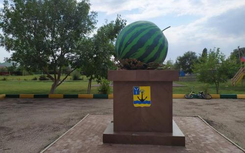 Памятник Арбузу в с.Ровное Саратовской обл.